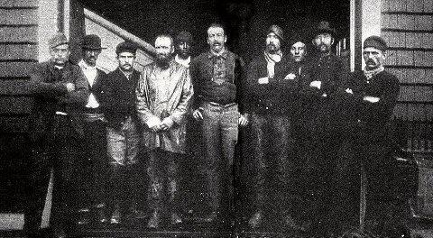 The Norwegian Lady. Barken Dictator av Moss. PREGET: Kaptein Jørgen Jørgensen (i midten) og hans gjenlevende mannskap etter det dramatiske forliset med barken Dictator av Moss utenfor Virginia Beach i USA i 1891.