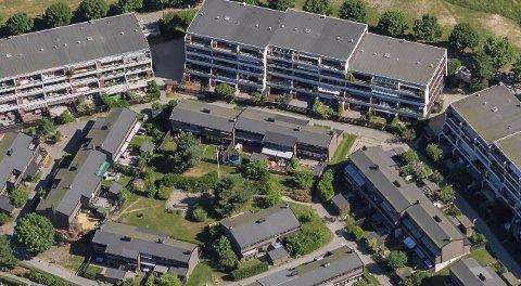 ÅSSIDEN TERRASSE: Borettslaget får lov av bystyret å bygge ut rekkehusene og bygge inn balkongene. Luftfoto: 1881.no