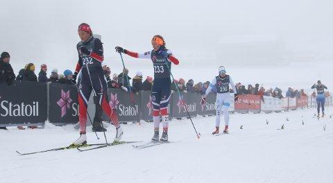 Mathilde Myhrvold (t.h.) gratulerer Kristine Stavås Skistad med seieren på NM-sprinten for junior i Holmenkollen.