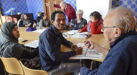 LÆRER OG LER: Tesfalem-Tekletsion Fsshaye har fått en munter og oppfinnsom kafélærer i Odd Staff på kulturkafeen til frivilligsentralen i Ski.