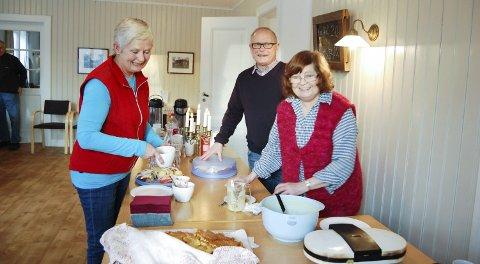 MAT OG DRIKKE: Siri Aarflot (til venstre), Odd Kvernaas og Kari Solberg serverer nystekte vafler og kaker fra juletrefesten dagen før.