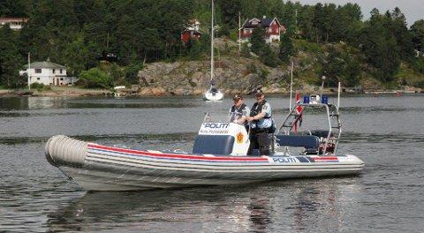 LOVENS VOKTERE: Båtføreren og de to passasjerene var gode og fulle da politibåten dukket opp etter melding om mulig motorhavari.
