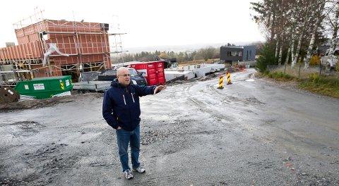 NAVN: Leif Kereks synes det er rart at ikke kommunen er mer lyttende til forslag fra beboerne i veier som skal få navn. - Vi er alle enig om at Sionsvei hadde vært å foretrekke fremfor Nilseskauveien, mener gårdseieren.