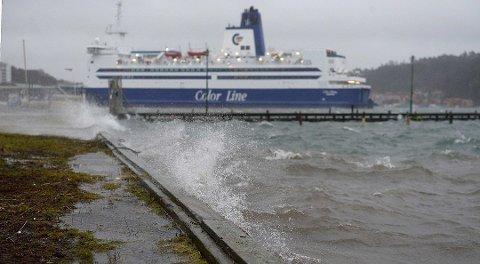 TIL KAI: Kraftig vind gjør at Bohus klokken 0700 fra Sandefjord ble liggende til kai torsdag. Returreisen fra Strømstad klokken 1000 er også kansellert.