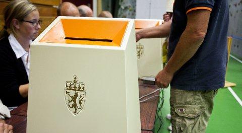 Valg: Valglokalene i Larvik er åpne til kl. 18 søndag og kl. 21 mandag. I Lardal stenger de kl. 20 mandag.