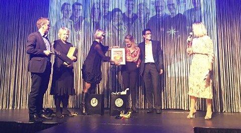 Hammerprisen: Linda Brathagen og Hedda Johannessen fra Fritzøe Eiendom deler ut prisen til PV Arkitekter AS, her representert ved Kjetil Lønnebakke Tennebø (t.v.), Tonje Lønnebakke Tennebø, Eli Malmquist og Atle Bjørnstad.Privatfoto