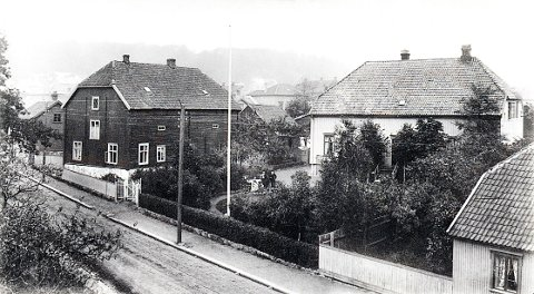 JEGERSBORG. Eiendommen «Jegersborg» med det gamle brennevinsbrenneriet til venstre på et bilde fra omkring 1910.