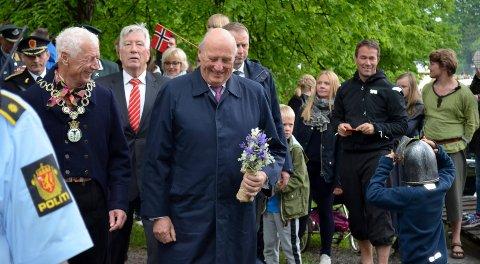 PÅ MIDDELALDERFESTIVALEN: Kong Harald ble passet godt på av både ordfører, fylkesmann, politi og en liten ridder (nederst til høyre) da han besøkte Middelalderfestivalen på Domkirkeodden i Hamar. (Foto: Bjørn-Frode Løvlund)