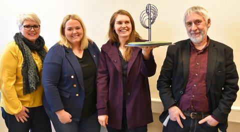 VINNEREN: Kultursjef Bente Hagen, ordfører Marte Larsen Tønseth og kunstfaglig rådgiver Ansgar Ole Olsen er enige om at Kristine Roald Sandøys kunstverk blir et flott skue for kjørende på nyvegen i Løten.