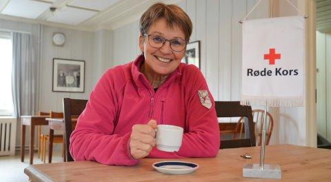 KLAR FOR EN PRAT: Frøydis Kjøs i Løten Røde Kors kan ikke by på kaffe, men samtaletelefonen er åpen hver dag for alle som vil skravle.
