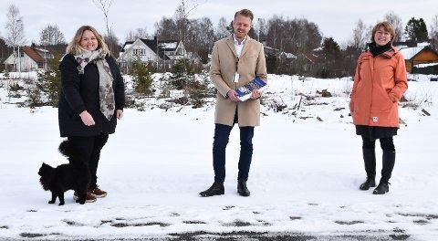 NYTT BOLIGFELT: Løten-ordfører Marte Larsen Tønseth regner med full byggeaktivitet i løpet av sommeren, her sammen med eiendomsmegler Petter Fjæstad og plansjef Kristin Ødegård Bryhn.