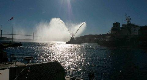 Folk fulgte med langs hele elvebredden da det store, amerikanskje gasskipet «Ineos Intrepid» seilte gjennom farvannet onsdag formiddag.