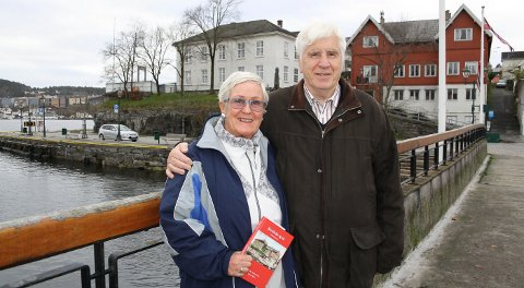 SJØ OG LAND: Turid Berg og Johnny Sørensen med årbok.
