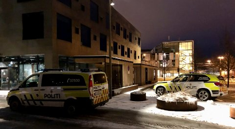 RINGTE POLITIET: Ansatte ved Comfort Hotel Porsgrunn på Kammerherreløkka ringte politiet etter at en ung mann ble funnet bevisstløs på et av hotellrommene 31. januar. Politiet har nå henlagt saken på grunn av dødsfall og manglende samarbeidsvilje fra fornærmede part i saken.