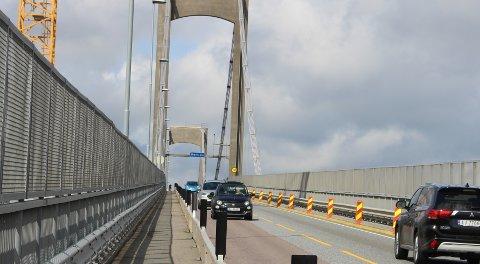 ANLEGGSARBEID: Fra 1. april og i 7 måneder framover, skal det utføres omfattende vedlikeholdsarbeid på Breviksbrua hele døgnet hele uka. Naglene på brua skal skiftes ut, og det vil svekke konstruksjonen slik at bæreevnen på brua svekkes. Trafikken stenges i nordgående retning, og kun en kjørebane blir åpen. Tunge kjøretøyer og busser må om E18.