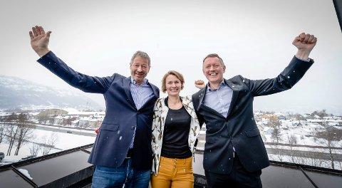 Erik Wulfsberg, Aino Olaisen og Henrik Johansen jublet i mars 2017 da vedtaket om å bygge ny flyplass ble kjent Nå fire år etter sier Avinor at de igjen skal sende prosjektet ut i markedet.