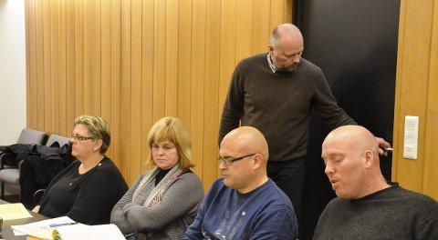 SAMMENSVEISET: Odd-Amund Lundberg, Sp (t.h.) og Kai Smeby, SV og Johnny Stranden, Ap (stående) fant flere grunner til at de skal sitte på samme side i formannskapssalen. Kvinnene er Siv Mali Høiby Høyby og Unni Lund Haugli, begge Ap. Kjersti Røhnebæk, Sp er ikke med på bildet, men sitter på samme side. Foto: Jan Rune Bakkelund