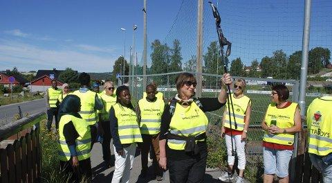 Marsj: Frøydis Viddal leder an på den første turen for Tjukkasgjengen og elevene på Voksenpedagogisk senter i Brumunddal.alle foto: Thomas strandby