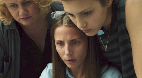 Ruby Dagnall fra Nesodden som Rosemari (t.h.), Tuva Novotny som journalisten fra Ringerikes blad og Laila Goody til venstre.