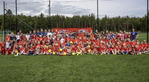Holeværingen er distriktets største idrettslag, noe som fotballskolen gjenspeiler. 170 barn er samlet på fotballskolen til Holeværingen denne uka.