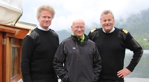 Passasjer 30.000: Jostein Bareksten fikk ekstra oppmerksomhet av skipperne Ragnar Braata og Harald Gårdvik 23. mai da han var passasjer ombord fra Sundvolden til Herøya.