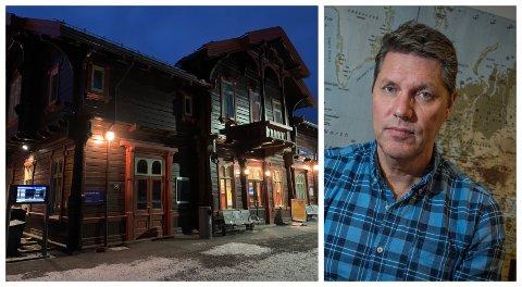 MØRKT: John Magne Trulsen forteller at de ikke hadde en eneste booking i Gran mellom mars og desember. Nå står lokalene på stasjonen tomme etter at reisebyrået la ned avdelingen før jul.