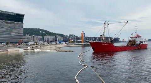 SJØVEIEN: Sanden til den nye Operastranda blir blant annet fraktet med lekter. Foto: Torkel Vik