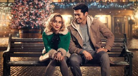 LAST CHRISTMAS: Kate (Emilia Clarke) er notorisk flink til å alltid ta de gale valgene. Bunnpunktet kommer når hun må ta en jobb som alv i en julebutikk. Men der møter hun og forelsker seg i Tom ( Henry Golding), og lykken ser endelig ut til å snu.