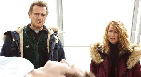 COLD PURSUIT: Liam Neeson som Nels Coxman og kona Grace, spilt av Laura Dern, spiller ekteparet som får greie på at deres eneste sønn er drept etter en narkohandel. Det får Liam Neeson til å dra på blind hevnjakt krydret av mørk humor.