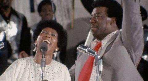 TIDSKAPSEL: Reverend James Cleveland, som fungerer som musikalsk leder og er den som kommuniserer med publikum, med tydelig kjærlighet til musikken og til Aretha Franklins magiske stemme.