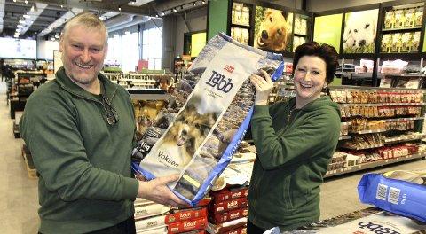 HUNDEMAT: Butikksjef Bjørn Larshus (t.v.) og assisterende butikksjef Kristine Stumberg sjauet de siste sekkene med dyrefôr på plass onsdag ettermiddag. Dyrefôr er et stort marked i konstant vekst, og Felleskjøpet tar konsekvensen av det. FOTO: kjell aasum