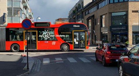 """SNART SLUTT: Skedsmo-navnet forsvinner også snart fra elbussene. Her en av åtte """"Skedsmo-busser"""" på vei ned Adolph Tidemands gate i Lillestrøm."""