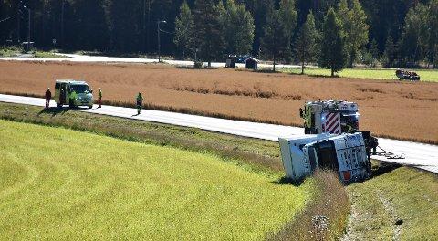VELTET: Her ligger lastebilen etter møtet med elgen. Brannvesenet jobber på stedet. Foto: Tine Viktoria Buberg