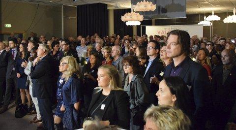 SPENT STEMNING: Valgvaken i Tønsberg holdt pusten før valgdagsmålingen kom klokka 21. Begge foto: Morten Fredheim Solberg