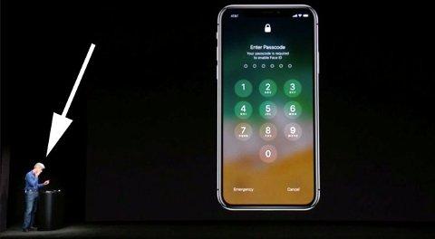 FLAUSE: Apples sjef for programvareutvikling, Craig Federighi, tørker svetten da iPhone X ikke vil låse seg opp ved hjelp av ansiktsgjenkjenning på verst tenkelig tidspunkt ...