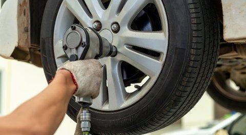 DEKKSKIFTE: Dersom et dekk faller av mens bilen er i fart kan det bli både farlig og dyrt.