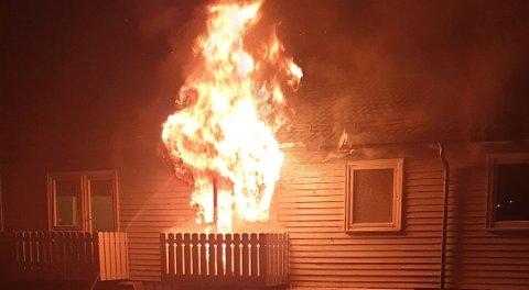 DRAMATISK: Flammene sto opp flere meter fra balkongdørene i andre etasje natt til 22. april i år.