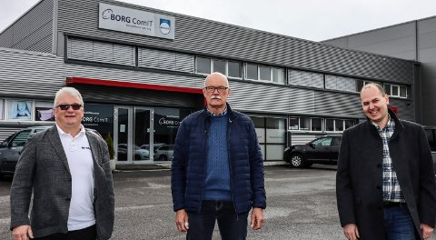 BORG COMIT: Borg Comit har gjort en stor jobb med å levere ny mobilløsning til Sarpsborg kommune. På bildet: Lodve Sollid fra Mobit, Hans Kristian Melleby fra Sarpsborg kommune og Jon Karstensen fra Borg Comit.