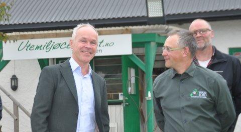 Finansminister Jan Tore Sanner var på et to timers besøk hos seriegründer Tore D. Carlsen tirsdag og lovte mer penger til kommunene.