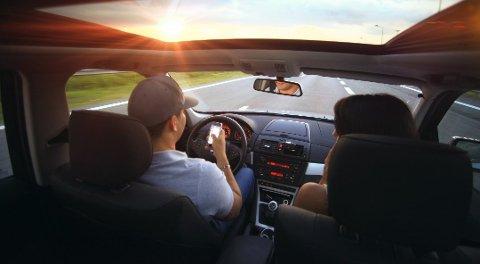Mange av ulykkene skjer fordi sjåføren fikler med mobiltelefonen. Foto: Pressebilde/ANB