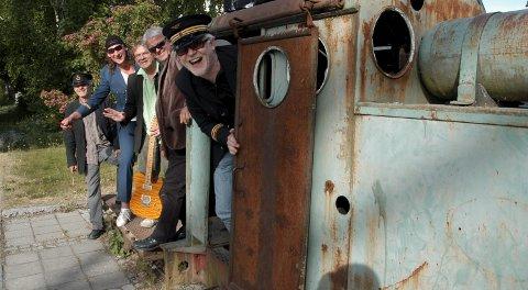 Alltid humør: Notodden Bluesband har holdt rutetidene siden 1979 og toger inn på hjemmebane på Bellman Pub. Trond Ytterbø, Jørn Øystein Johansen, Jørn Pedersen, Jan Sigurd Pettersen (tidligere bak trommene, nå byttet ut med Pål Øymo) og Torgeir Hefre er rett og slett evigeunge, munnrappe og fortsatt rå til å spille blues. (Akivfoto)
