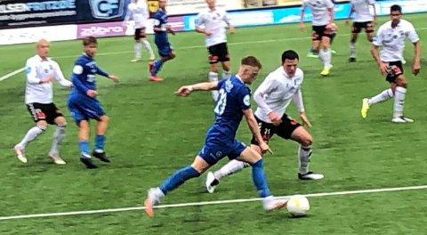 UTFORDRER: Jørgen Voilås utfordrer til stadighet på høyrekanten, men innleggene har ikke vært riktig adressert så langt i et robust forsvar på Straume Stadion.