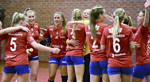 Lisbeth Back (fra venstre), Mathilde Lyngstad, Eline Aandahl Måløy, Hilde Brennskag og resten av KHK jublet for seier i cupen.