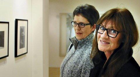 Anne-Lise (nærmest) og Anne Aspen koste seg med utstillingene i Nordic Light-huset.