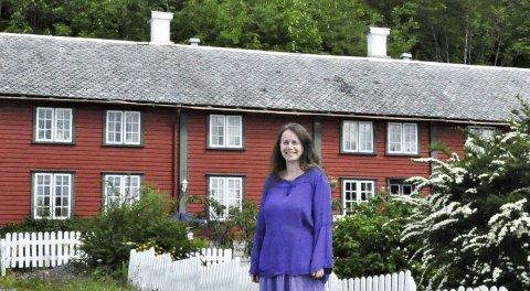 Kulturgård: Merethe Bratsberg Aae har et stort kulturengasjement gjennom Hanshardeg Kornstad (bak). Foto: Kristianne Bratsberg Aae