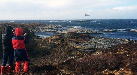 På grunn av høye bølger kom verken redningsskøyta eller lettbåten fra Kystvakt inn til holmen der de tre personen fra havaristen befant seg. De tre ble til slutt reddet avet redningshelikopter.