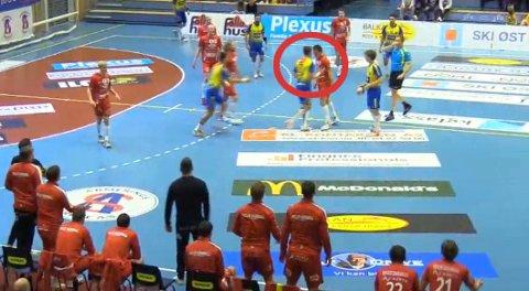 KLIKKER: Her får Jacob Weidemann (i gult) en skalle i nesa av Fyllingen-spilleren under søndagens eliteseriekamp i håndball.