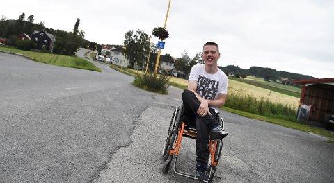 RULLER RUNDT PÅ OPPDRAG: Casper Axelsen Hønnås er en rullende radioreporter i sommer. Etter å ha lagt ut en video på Facebook med et sterkt ønske om å finne en sommerjobb, fikk han tilbud fra Nea Radio.