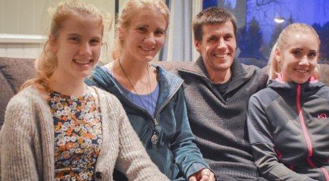 Aktiv familie: Lucia Philipp sammen med mamma Silke, pappa Marcus og storesøster Ragna. I hagen på Songe har de høner og grønn-saker. - Jeg lager ofte middag, og liker å lage mat fra bunnen av. Vi kjøper aldri ferdigmat, forteller Lucia.Foto: Mette Urdahl