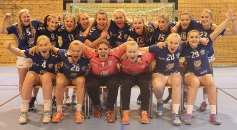 5. divisjon: For første gang på mange år har Tvedestrand et A-lag i håndball. Disse jentene leder nå serien etter åtte kamper. Kommende søndag er det hjemmekamp i Lyngmyrhallen. Arkivfoto